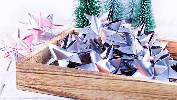 Fröbelstern Anleitung: So bastelst du den beliebten Weihnachtsschmuck - Foto: Deco & Style Experts