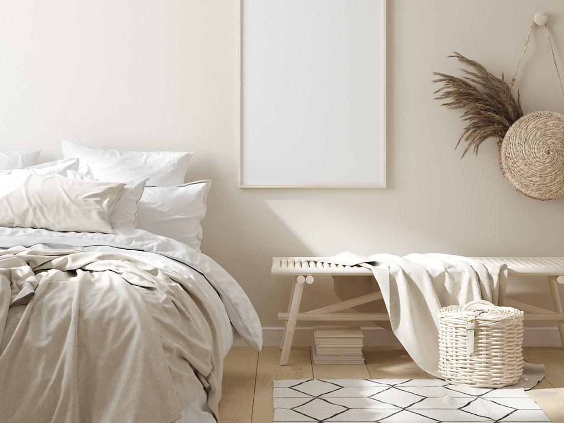 Gästezimmer einrichten: Bett, Spiegel und Nachttisch