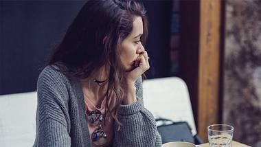 Trotz neuer Beziehung denkst du oft an deinen Ex? Wir haben einen Experten gefragt, was das wirklich bedeutet. - Foto: iStock / Mixmike