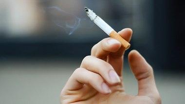 Gelbe Finger vom Rauchen: Schön sind Raucherfinger keineswegs - Foto: fuzznails/iStock