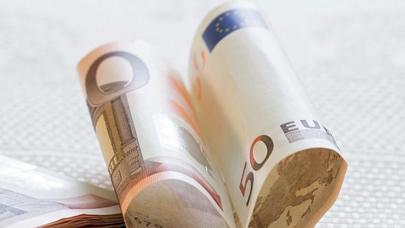 Geldgeschenke für Hochzeiten basteln leicht gemacht! - Foto: Aidart / iStock