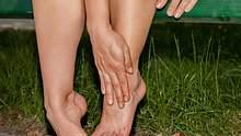 Geschwollene Beine: Was hilft? - Foto: iStock