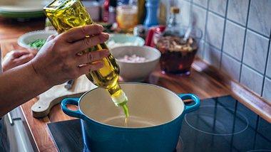 Welches ist das gesündeste Öl? Leinöl, Rapsöl und Olivenöl gehören dazu - Foto: GMVozd/iStock