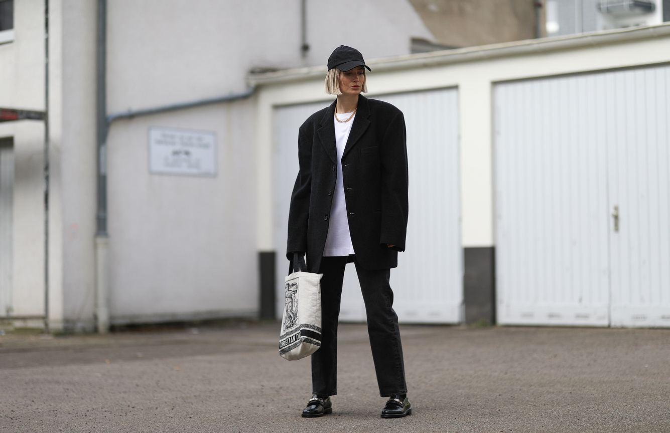 Die Influencerin kombiniert Oversize-Shirt zu einem XXL-Blazer