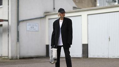 Die Influencerin kombiniert Oversize-Shirt zu einem XXL-Blazer - Foto: Getty Images