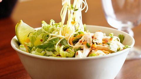 glasnudel salat artikel - Foto: Istock
