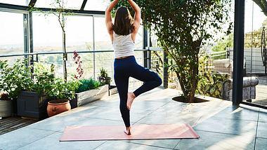 Gleichgewichtsübungen lassen sich perfekt in den Alltag integrieren. - Foto: iStock/Stígur Már Karlsson/Heimsmyndir