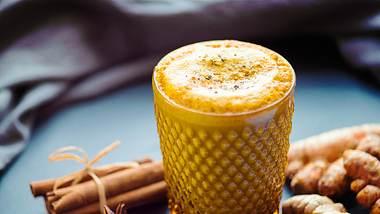 Goldene Milch ist gesund und einfach lecker. - Foto: Rocky89/iStock