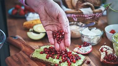 Granatäpfel sind nicht nur lecker, sie helfen auch beim Abnehmen! Der Trick liegt in den Antioxidantien. - Foto: GMVozd / iStock