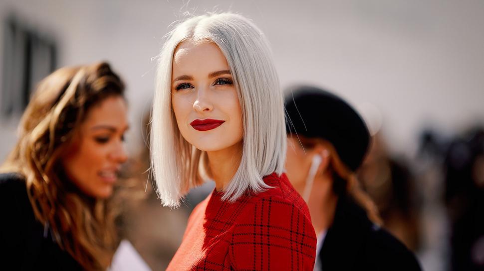 Graue Haare mit 20 - Foto: Getty Images/ Edward Berthelot