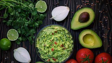 Eine gute Guacamole schmeckt nicht nur Avocado-Fans. - Foto: iStock/Olia Luis