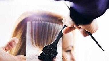 Haare färben in der Trend-Farbe Pfirisch. - Foto: skynesher/iStock