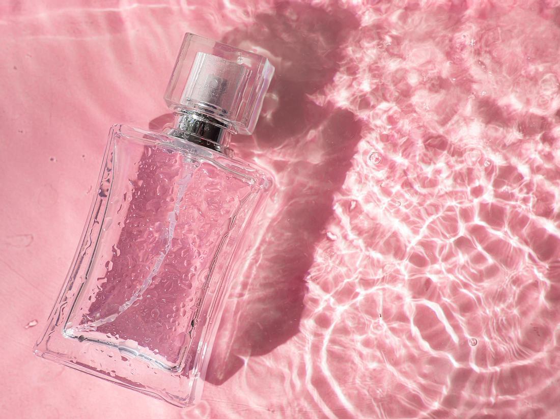 Haarparfum vor pinkem Hintergrund