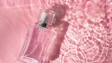 Haarparfum vor pinkem Hintergrund - Foto: iStock/ Alena Shapran
