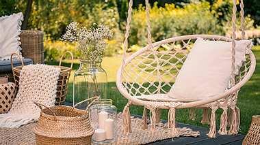 Bohemischer Hängesessel im Garten - Foto: iStock/KatarzynaBialasiewicz