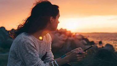 Dein Ex meldet sich immer gegen Abend? Ein Zeichen, dass er an dir hängt. - Foto: iStock
