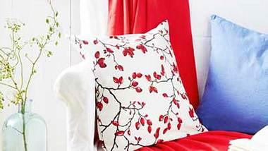 Dieses Hagebutten-Kissen kannst du dir ganz leicht selbst machen - Foto: deco&style