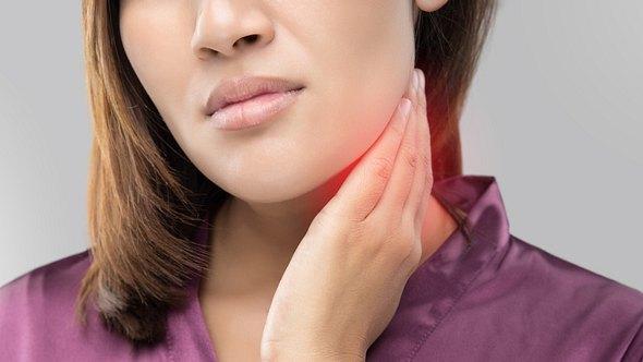 Diese Mittel helfen gegen Halsschmerzen. - Foto: Tharakorn/iStock