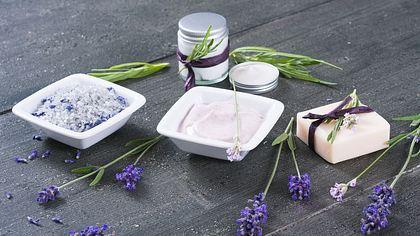 Pflegeprodukte mit Lavendelöl: So effektiv helfen sie gegen Akne, unreine Haut & Haarausfall - Foto: iStock