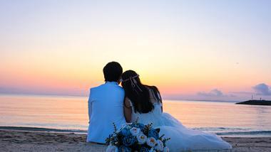 Traumhochzeit am Meer: Wir verraten, an was du bedenken musst, wenn du am Strand heiraten möchtest. - Foto: iStock