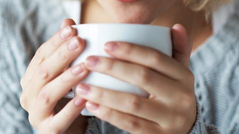 Neue Studie: Zu heißer Tee soll das Risiko erhöhen, an Speiseröhrenkrebs zu erkranken. - Foto: iStock/kupicoo