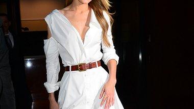 Hemdblusenkleider passen im Herbst hervorragend zu Taillengürteln und Stiefeln mit hohem Schaft. - Foto: Getty Images