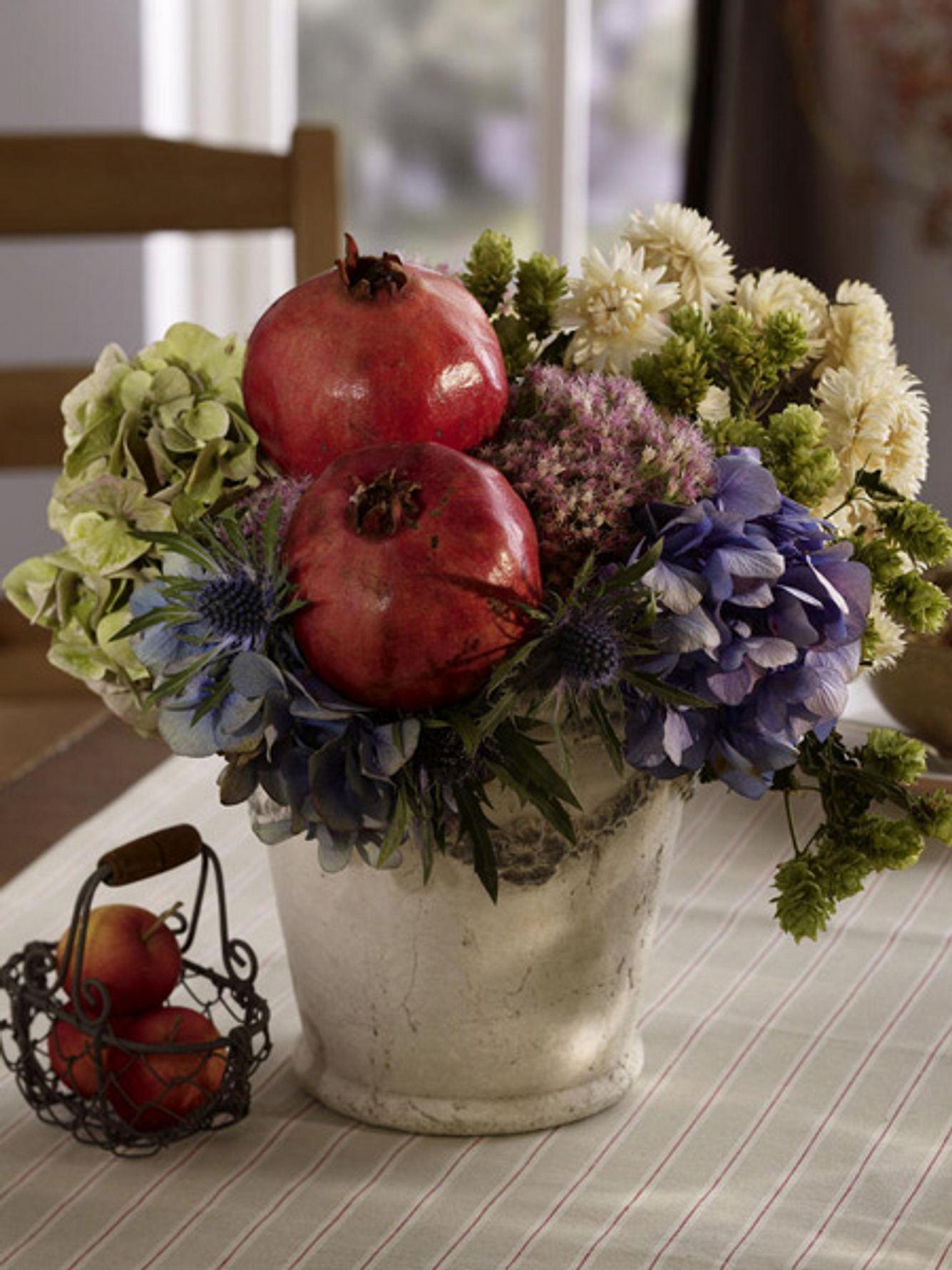 herbstliche deko mit granataepfeln