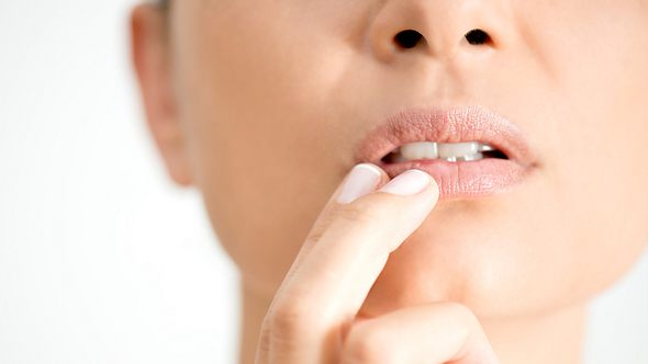 Herpes kann durch Sonne hervorgerufen werden, deswegen solltest Du auch deine Lippen schützen. - Foto: simarik/iStock