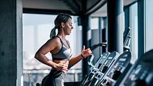 Frau beim Herz-Kreislauf-Training - Foto: nortonrsx/iStock