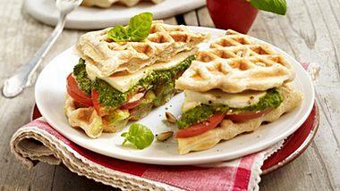 Pesto gehört nur auf Nudeln, das sehen unsere herzhaften Waffeln etwas anders. - Foto: House of Foods