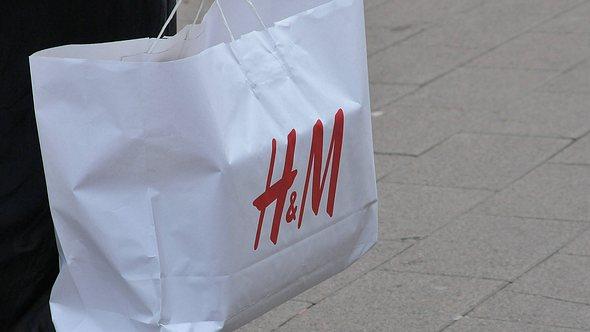 Die Modekette H&M hat nun viele Kunden gegen sich aufgebracht. - Foto: imago images / Dean Pictures