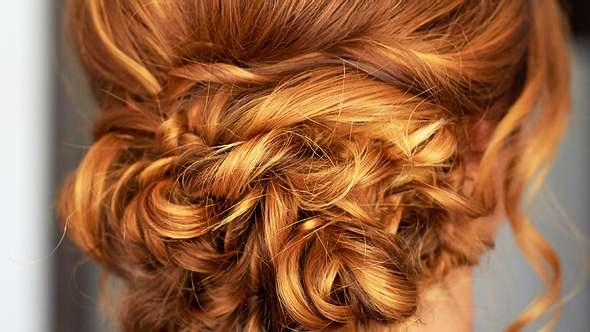 Diese Hochsteckfrisuren kannst du auch mit kurzen Haaren machen - Foto: Istock