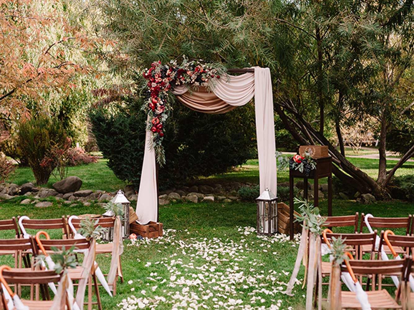 Gartenhochzeit mit Hochzeitsbogen