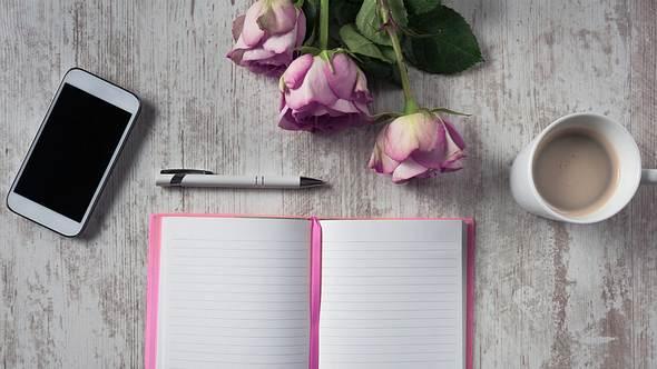 Deine Hochzeitsrede als Trauzeugin wird mit unseren Tipps und Ideen zum besonderen Hinhörer! - Foto: iStock
