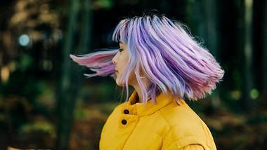 Der Holographic Haartrend spielt mit unterschiedlichen Farbnuancen - Foto: iStock/wayra
