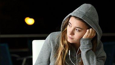 Junge Frau, die jemanden vermisst und nachdenklich in die Ferne blickt. - Foto: AntonioGuillem/iStock