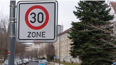 Die WHO fordert ein Tempolimit von 30 km/h. - Foto: 1take1shot/istock