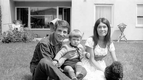 Udo Jürgens mit Ehefrau Panja und Sohn Johnny 1964. - Foto: IMAGO / teutopress