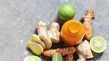 Unser Ingwer Kurkuma Shot Rezept ist ein wahrer Immunbooster. - Foto: rostovtsevayulia/iStock