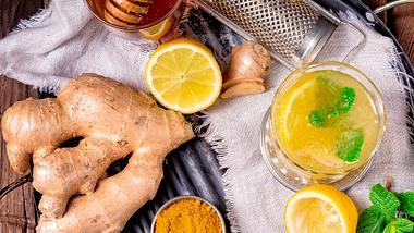 Ingwer-Kurkuma-Tee hilft super gegen Erkältungen. - Foto: iStock/Dar1930