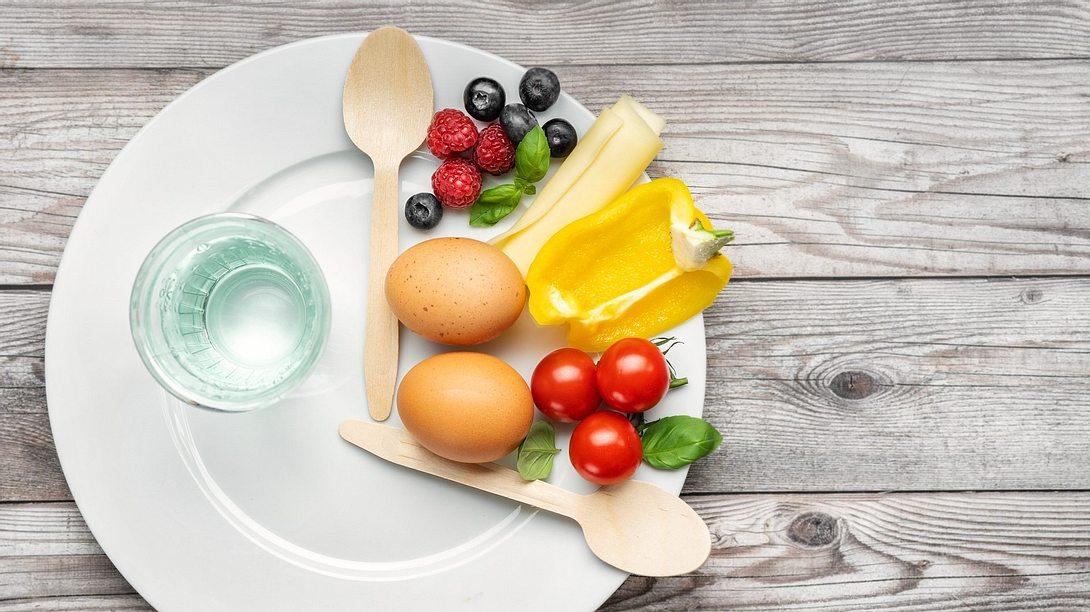 Teller mit Obst und Gemüse für Intervallfasten - Foto: iStock/Yummy pic