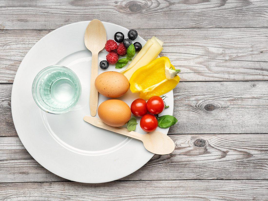 Teller mit Obst und Gemüse für Intervallfasten