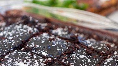 Der isländische Schokokuchen Skúffukaka kann mit Kokosraspeln bestreut werden - Foto: MicroPixieStock/iStock