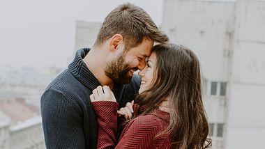 13 Signale die dir zeigen, ob er in dich verliebt ist. - Foto: iStock/proud_natalia