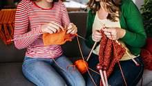 Wir wollen im Winter keinen kühlen Kopf, sondern einen warmen! Darum sind Mützen ein Muss. Mit diesen kostenlosen Strickanleitungen stricken wir unsere Mützen selbst. - Foto: mixetto / iStock