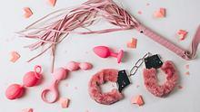 Der Sexspielzeug-Markt ist riesig - und manchmal ganz schön verwirrend. Wir wagen uns immer wieder in die bunte Sextoy-Welt, testen und berichten. - Foto: JuliaMikhaylova / iStock