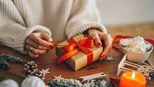 Weihnachtsgeschenke selber zu machen bringt Entschleunigung vor den Feiertagen! - Foto: Xsandra / iStock