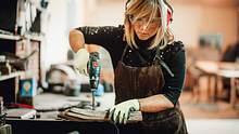 DIY liegt uns Frauen im Blut, denn wir sind Macherinnen - wir schnappen uns die Bohrmaschine und zaubern - und das auch noch ganz nachhaltig! - Foto: Extreme-Photographer / iStock