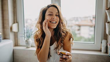 Eine Tagescreme mit LSF ergänzt perfekt die Morgenroutine - Foto: iStock/supersizer