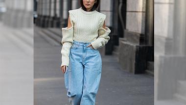 Die Jeanstrends 2020 haben so einiges zu bieten! Wir haben sie alle – inklusive Styling-Ideen und Outfit-Inspirationen. - Foto: Getty Images / Christian Vierig